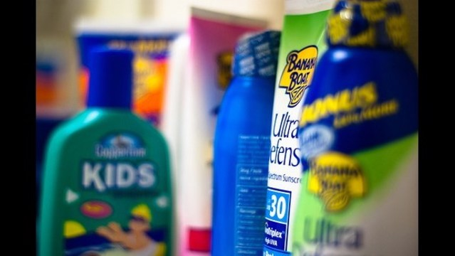 Consumer Reports: Don't use spray sunscreen on kids